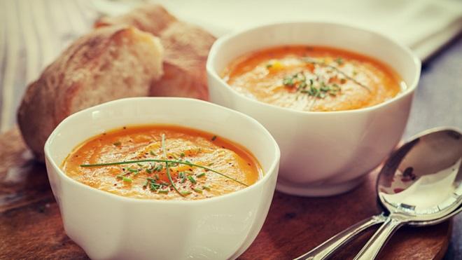 Duas tigelas de sopa e pão