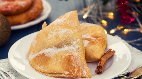 azevias num prato com outros doces de natal ao fundo