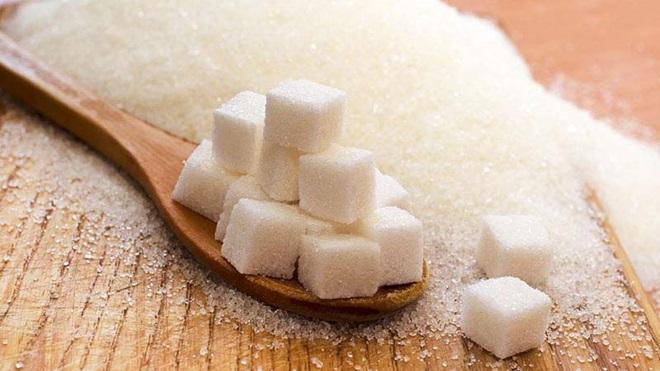 Colher de madeira com quadrados de açúcar
