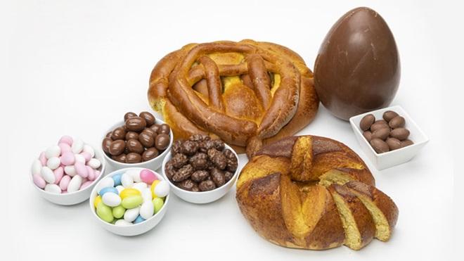 taças com vários tipos de amêndoas, folares e ovos da Páscoa