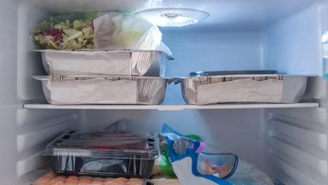 diversas caixas com carne e outros alimentos dentro de prateleira do congelador