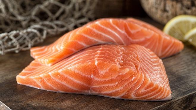 duas postas de salmão frescas sem sinal de parasita anisakis