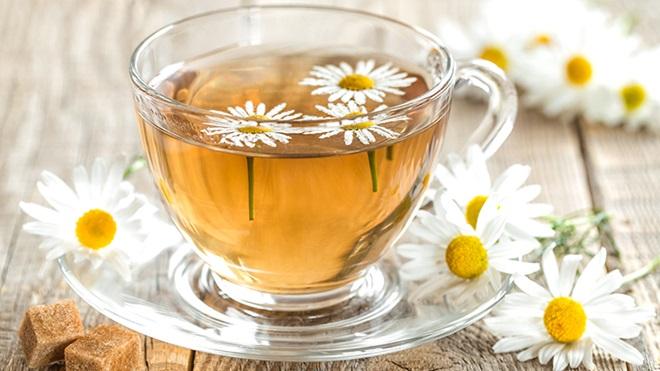 chávena de chá com flores numa mesa