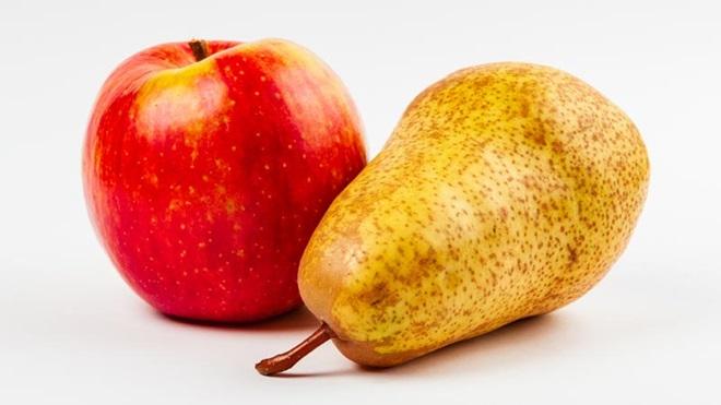 Uma maçã vermelha e uma pera amarelada