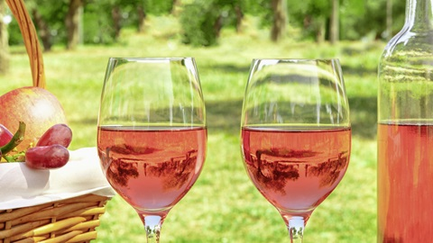 Dois copos de vinho rosé