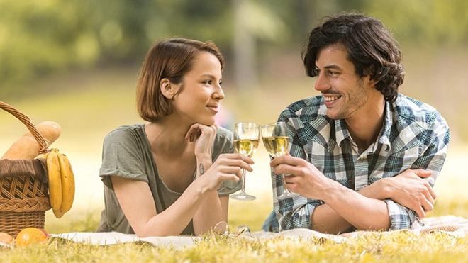 casal a beber vinho branco