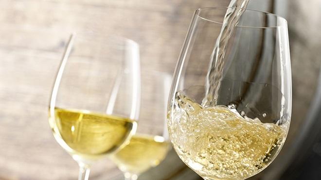 três copos com vinho branco