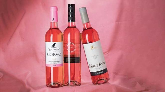 Garrafas de vinho rosé Pousada do Corvo (Mercadona), Vinha do Rosário (Lidl) e Monte Velho