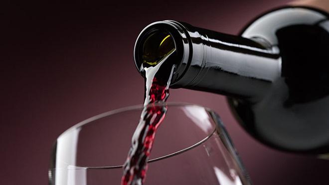 copo e garrafa de vinho tinto