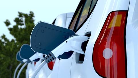 carros elétricoscarros elétricos a abastecer num posto de carregamento
