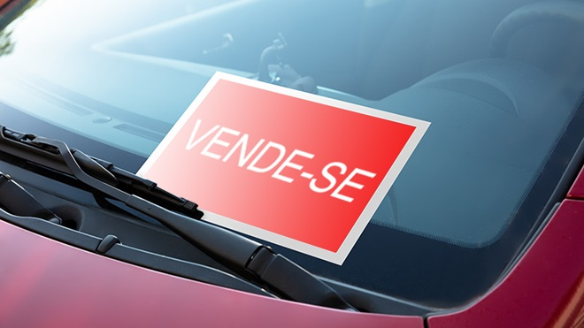 papel no vidro do carro a anunciar venda