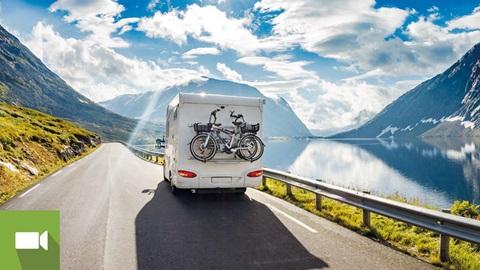Autocaravana a percorrer estrada montanhosa