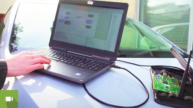 portátil em cima de capô de carro a testar o software