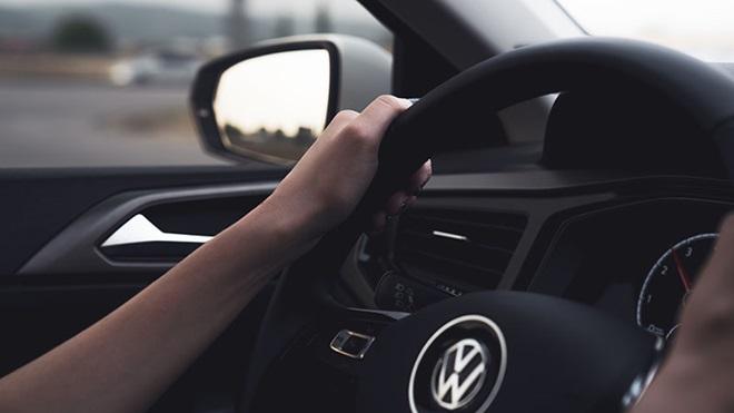 Dieselgate pessoa ao volante de VW