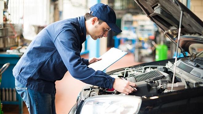 mecânico a analisar motor de carro