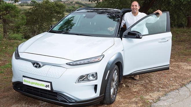 Consumidor com carro elétrico Hyundai Kauai electric branco