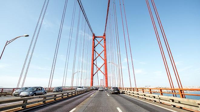 Carros a circular na ponte 25 de abril