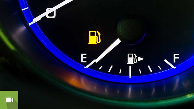 indicador do combustível no painel do carro