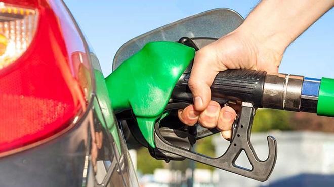 pessoa a abastecer veículo com combustível