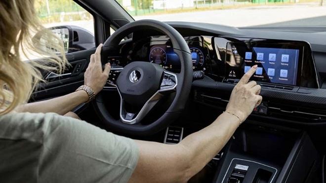 Mulher a utilizar sistema de infoentretenimento no Volkswagen