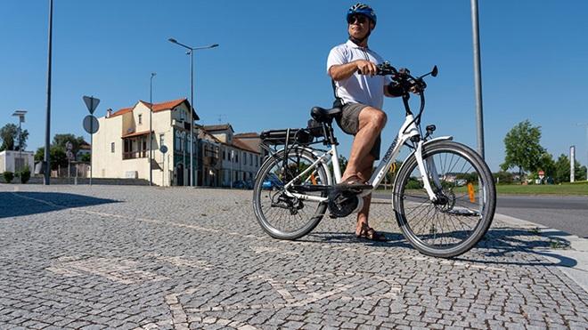 Homem com bicicleta elétrica Neomouv