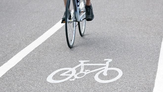 Homem a andar de bicicleta na ciclovia