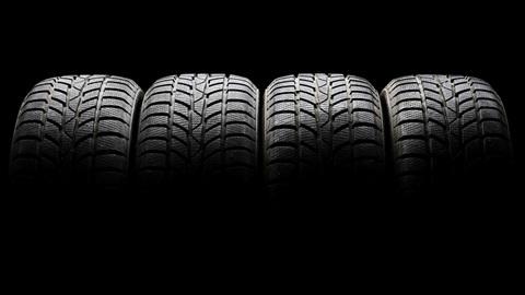 Quatro pneus de automóvel