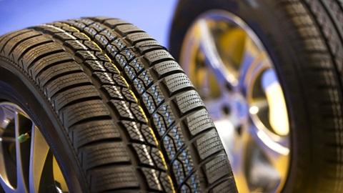 Dois pneus em grande plano