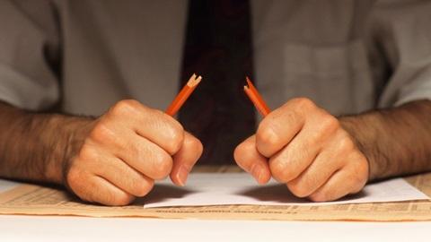 homem a partir um lápis com as mãos