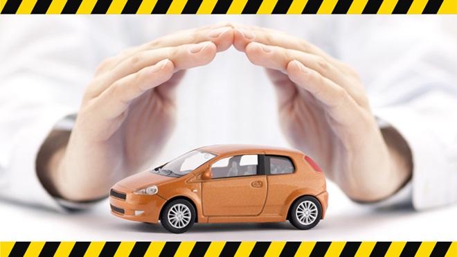 Mãos em formato de concha sobre um carro em miniatura