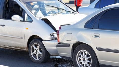 carros destruídos por causa de acidente automóvel