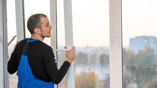 técnico a instalar uma janela