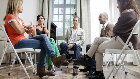 pessoas sentadas em reunião de condomínio