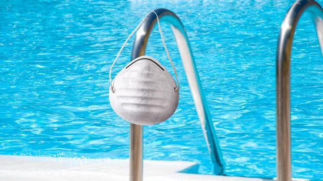 Escada para uma piscina com máscara pendurada