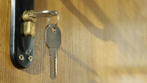 chave de casa pendurada na fechadura