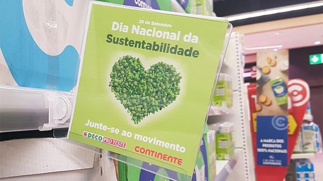 cartaz sobre dia nacional da sustentabilidade em prateleira no supermercado