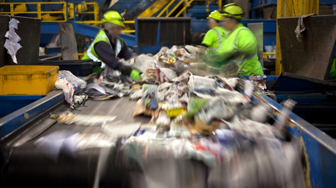 Pessoas a separar os resíduos