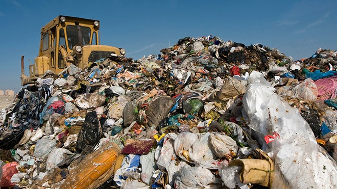 montanha de lixo com muitos resíduos de plástico