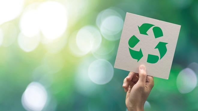 Mão a segurar símbolo de reciclagem