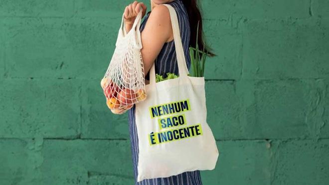 Mulher com sacos das compras