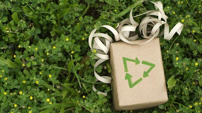 Enfeite de Natal com símbolo da reciclagem