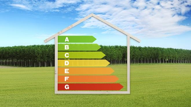 Desenho de uma casa com a etiqueta energética dentro por cima da imagem de uma paisagem de um campo relvado e árvores ao fundo
