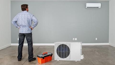 Homem a instalar ar condicionado