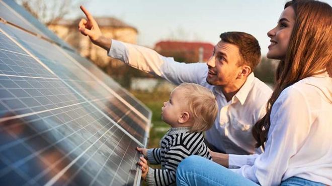 família e painel fotovoltaico