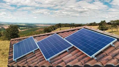 três paineis fotovoltaicos num telhado