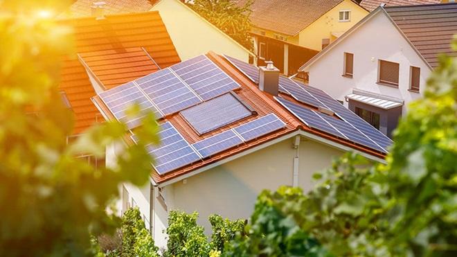 Casa com painéis fotovoltaicos no telhado