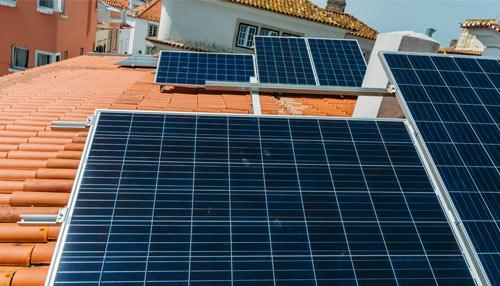 Painéis fotovoltaicos em cima de um telhado