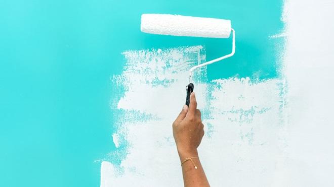 pessoa a pintar parede