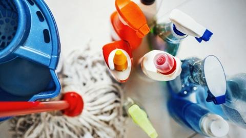 Balde e esfregona e vários detergentes