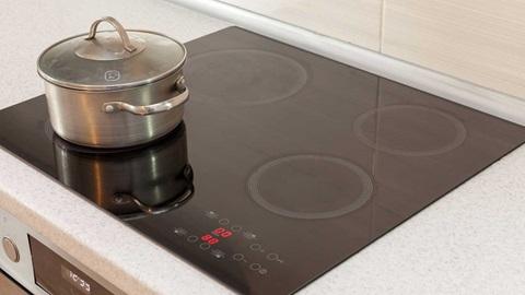 Saiba que parâmetros analisamos e como testamos as placas de indução no nosso teste a placas de cozinha.